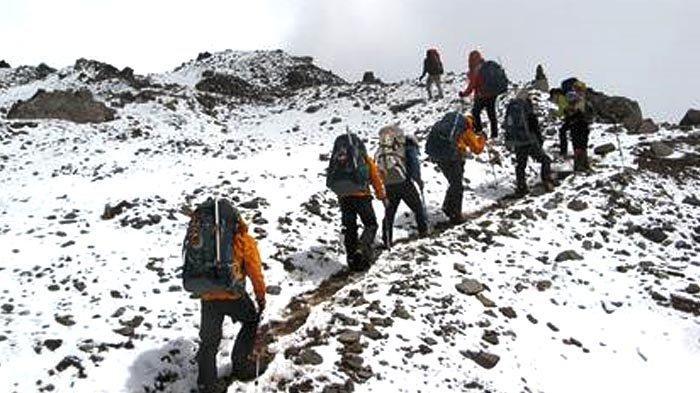 Mendaki dari ketinggian 4.100 m dpl ke 4.700 m dpl terasa berat, karena kadar oksigen yang hanya 40 persen.