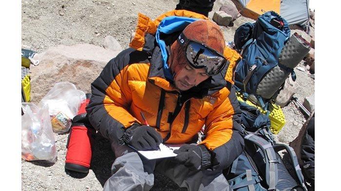 Max Agung Pribadi, wartawan Warta Kota, berusaha menulis hasil liputannya di Camp 3 (5.950 m dpl).