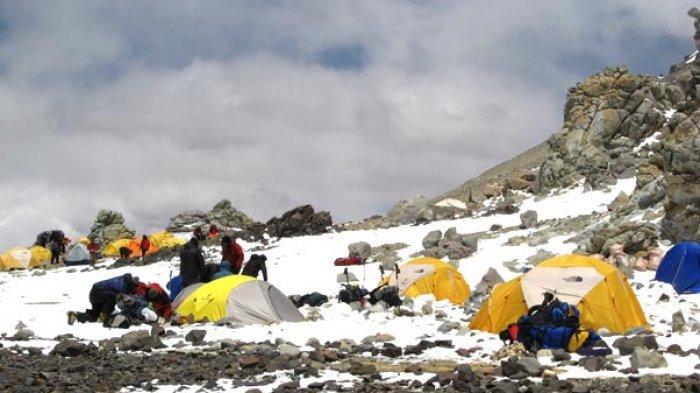 Tim ISSEMU berjalan di lereng terjal menuju puncak Gunung Aconcagua.