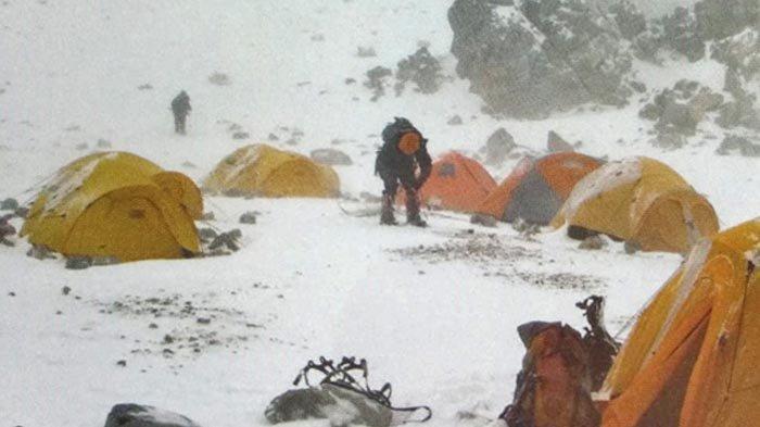 Gunung Aconcagua mulai menunjukkan watak aslinya. Hujan salju dan angin kencang menerpa base camp selama 3 hari.