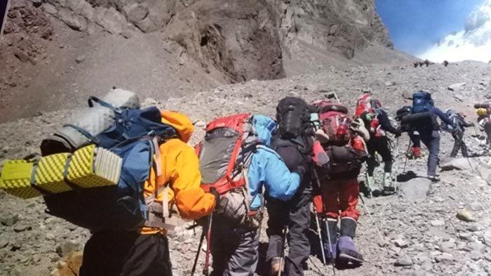 Tim Indonesia Seven Summits Expedition Mahitala Unpar (ISSEMU) mendaki lereng terjal dengan menggendong ransel seberat 20-30 kilogram untuk menuju Camp 1 Gunung Aconcagua pada Januari 2011.