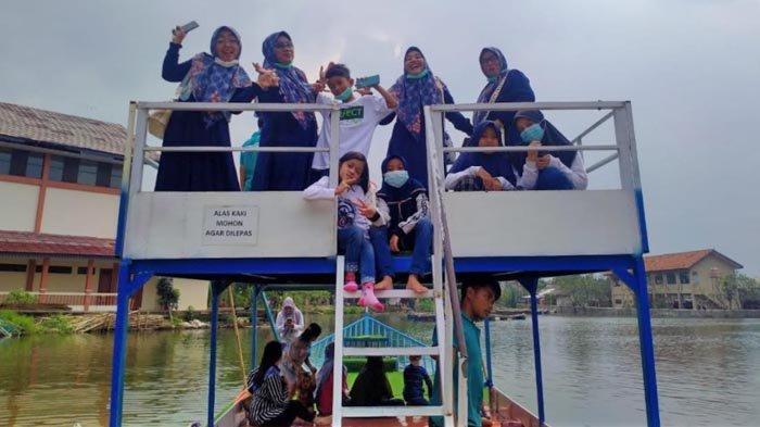Pengunjung Situ Rawa Gede tertawa bahagia bisa berlibur di destinasi wisata telaga itu. Jumlah pengunjung Situ Rawa Gede melonjak saat libur Isra Miraj 2021, Kamis (11/3/2021)