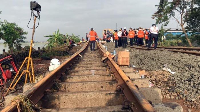 Perbaikan jalur rel KA, Kedunggedeh-Lemahabang km55+100 s.d km53+600 karena ballast, atau kerikil di jalur rel KA, hilang karena tersampu arus air banjir Minggu (21/2/2021).