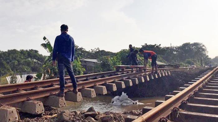 Banjir membuat jalur rel KA Kedunggedeh-Lemahabang km55+100 s.d km53+600 tidak aman untuk dilewati.