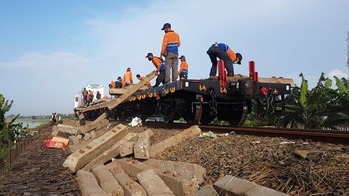 Alat Profile Ballast Regulator digunakan untuk memperbaiki jalur KA Kedunggedeh-Lemahabang km55+100 s.d km53+600 pada Senin (22/2/2021).