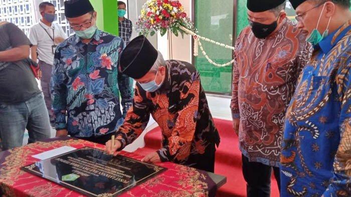 Sekretaris Jenderal Kemenag RI, Nizar Ali, menandatangani prasasti tanda Pusat Layanan Haji dan Umroh Terpadu (PLHUT) Kabupaten Karawang resmi dibuka, Sabtu (24/10/2020)