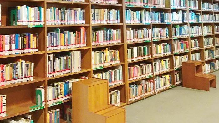 Baca Buku di Perpustakaan Freedom Institute Untuk Isi Waktu Luang di Musim Hujan