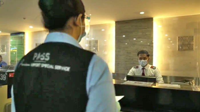 Proses check-in juga dibantu dilakukan oleh asisten dari Premium Airport Special Service (PASS), di sejumlah bandara yang dikelola Angka Pura Airports.