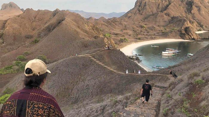 Jalan setapak untuk mencapai puncak bukit Pulau Padar.