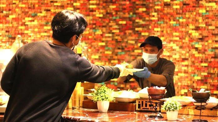 Dalam menggelar All You Can Eat Ramadan Buffet tahun ini, Novotel Tangerang memberlakukan protokol kesehatan yang ketat. Untuk mengurangi risiko penularan, maka akan ada petugas yang mengambilkan penganan tamu. Keterangan foto: Petugas memberikan penganan yang diinginkan tamu di Novotel Tangerang.