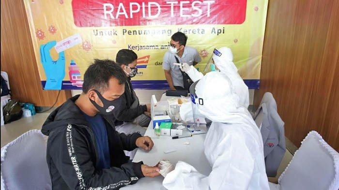 Calon Penumpang Kereta Api Jarak Jauh melakukan proses rapid test atau test cepat di Stasiun Pasar Senen, Jakarta Pusat, Senin (27/7/2020).