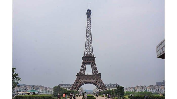 Replika Menara Eiffel di Tianducheng, Tiongkok.
