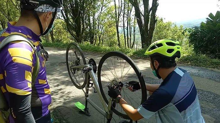 Menambal ban sepeda Pikki yang bocor di tanjakan Cimangu, Sabtu (24/10/20).