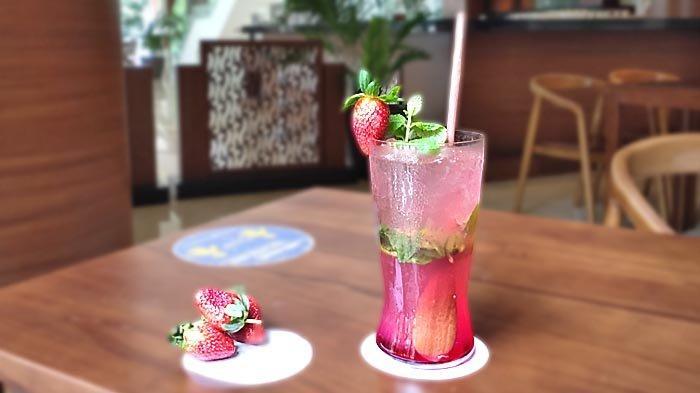 La Vie en Rose, mocktail segar peroaduan jus stroberi, lime juice, dan daun mint.