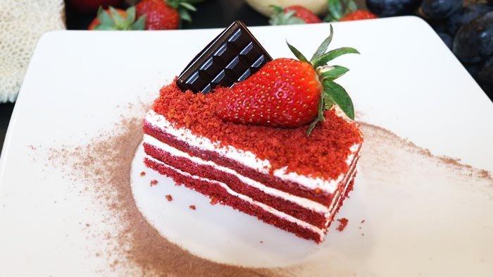 Red Velvet Cake, cake merah yang manis dan bertekstur mewah, di Kembang Sepatoe Restaurant.