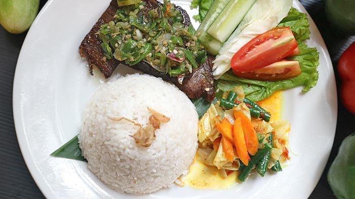 Dendeng Batokok, kuliner Minang yang selalu memuaskan lidah banyak orang. Tersaji di Kembang Sepatoe Restaurant.