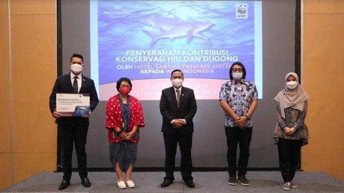 Hotel Santika Premiere Bintaro mendukung konservasi ikan hiu dan dugong, dengan berdonasi Rp 100 juta melalui World Wide Fund for Nature (WWF) Indonesia. Keterangan foto: Seremoni penyerahan donasi dari GM Santika Premiere Bintaro, Ali Syukron, kepada WWF Indonesia.