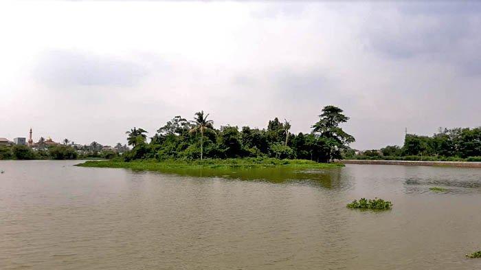 Keunggulan Situ Citatah adalah pulau di tengah telaga.