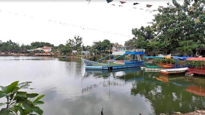 Bermain perahu adalah salah satu atraksi di Situ Rawa Gede.