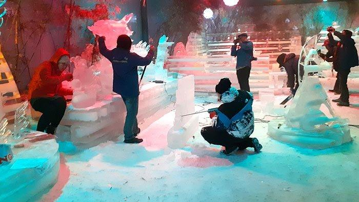 Snow World Revo Town Bekasi Hadirkan Patung Es Nuansa Natal