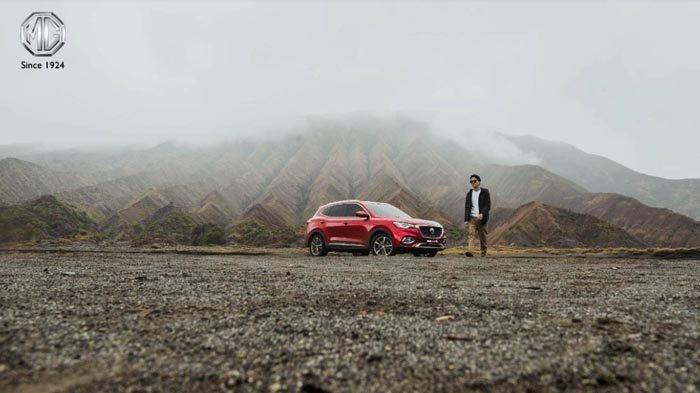 SUV MG HS di lautan pasir kaldera Gunung Bromo.