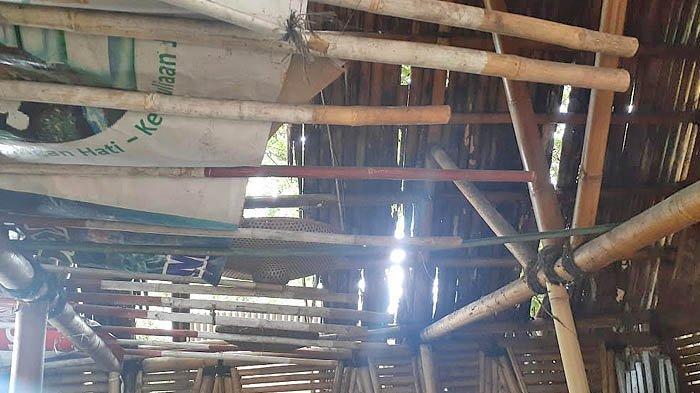 Salah satu saung di Taman Bambu yang kerusakannya cukup parah. Atapnya bolong karena bambunya sudah lapuk. Foto diambil pada 4 Januari 2021.