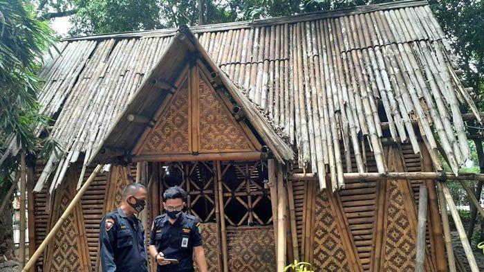 Kerusakan salah satu bangunan di Taman Bambu, Kota Tangerang. Foto diambil pada 4 Januari 2021.