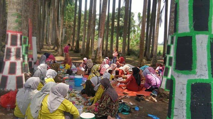 Piknik di bawah pohon palem dengan memandang sawah, di Wisata Palem Desa Bunar, Kamis (29/10/2020).