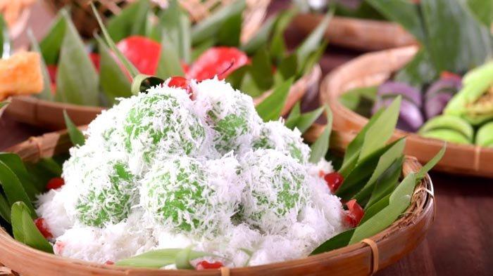 Kue Klepon menjadi salah satu jajanan kampung yang masuk sajian Kampung Jajan Yuan Garden Pasar Baru Hotel pada Ramadan 1442H.