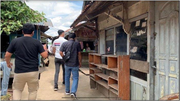 Tim reskrim Unit PPA Polrestabes Palembang saat menyambangi lokasi rumah tempat tinggal balita D. Kedua orang tua D tidak ada di tempat dan berangkat kerja ke Jalur, Senin (28/6/2021).