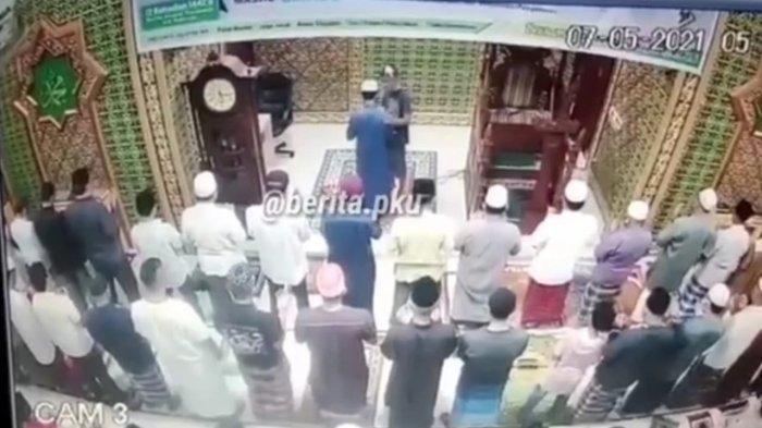 Viral Video Pria Menerobos Jamaah di Masjid lalu Tampar Muka Imam yang sedang Pimpin Salat