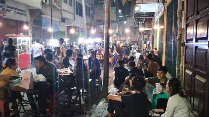 Suasana Kesawan City Walk di malam hari, Sabtu (17/4/2021). Ramainya pengunjung yang datang menyebabkan terjadinya kerumunan.