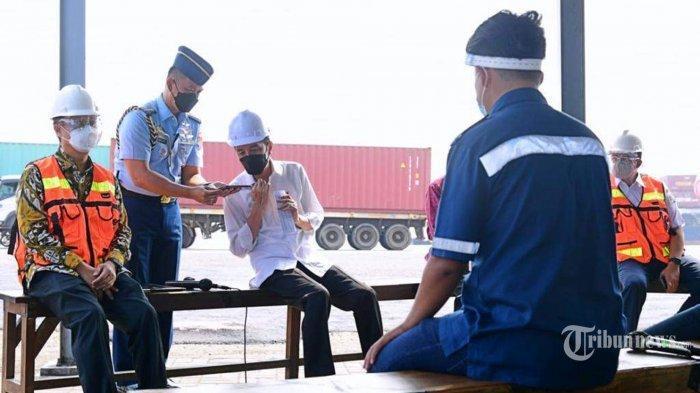 Presiden Joko Widodo menelepon Kapolri Jenderal Pol Listyo Sigit Prabowo saat berbincang dengan sejumlah sopir kontainer di perbatasan Dermaga Jakarta International Container Terminal (JICT) dan Terminal Peti Kemas Koja, Tanjung Priok, Jakarta Utara, Kamis (10/6/2021). Presiden Jokowi mendengarkan langsung keluh kesah para sopir, terutama soal pungutan liar (pungli) dan tindakan premanisme. Saat itu juga Presiden Jokowi langsung menelepon Kapolri Jenderal Pol Listyo Sigit Prabowo untuk segera membereskan hal tersebut.