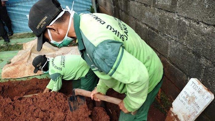 Kabar Terbaru Pria yang Meninggal Pasca-Divaksin AstraZeneca, Makamnya Kini Dibongkar
