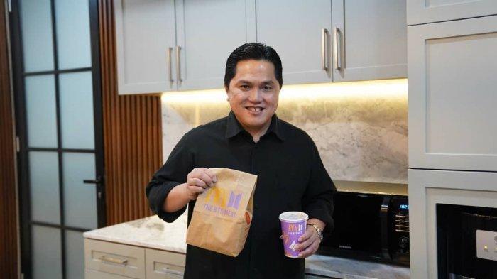 Menteri BUMN Erick Thohir pamer BTS Meal yang ia berhasil peroleh untuk anak bungsunya, Kamis (10/6/2021).