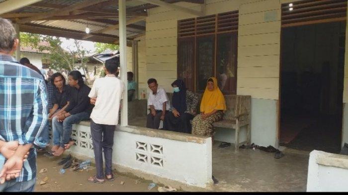 Warga setempat memadati rumah duka almarhum pasangan suami istri di Desa Cot Jabet, Gandapura Bireuen yang ditemukan meninggal dunia dalam kamarnya dengan luka gorok di leher, Kamis (3/6/2021)