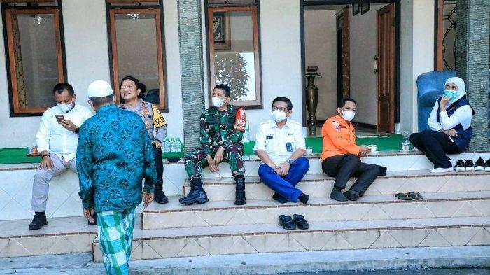Unggah Foto Rapat Lesehan di Tangga, Gubernur Jatim Khofifah: Koordinasi Tak Harus di Meja