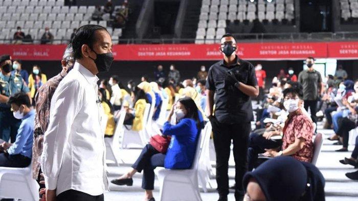 Presiden RI Joko Widodo (Jokowi) meninjau vaksinasi massal di Tennis Indoor Senayan, Jakarta, 16 Juni 2021. Terbaru, Jokowi menyampaikan pesan terkait Covid-19 di akun Instagram miliknya @jokowi, Kamis (24/6/2021).