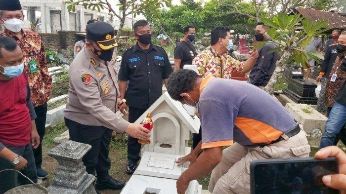 Kapolresta Solo Kombes Pol Ade Safri Simanjuntak secara simbolik meletakkan ornamen ke salah satu makam yang dirusak, Rabu (23/6/2021).