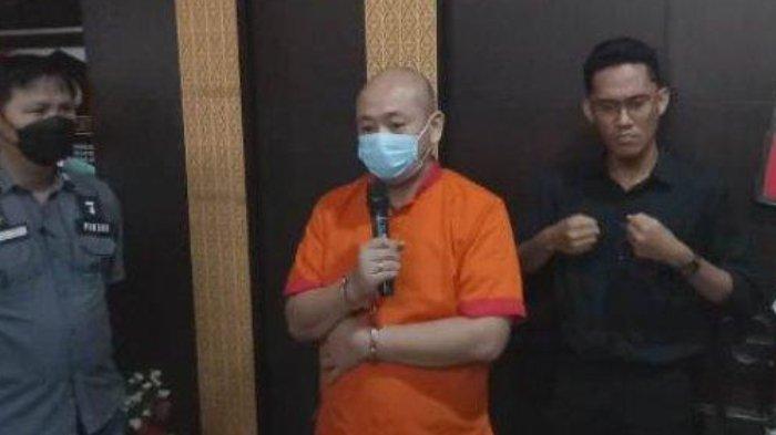 JT ditemui saat press release di Polrestabes Palembang, Sabtu (17/4/2021). JT mengaku menyesal dan meminta maaf telah menganiaya perawat CRS (27).