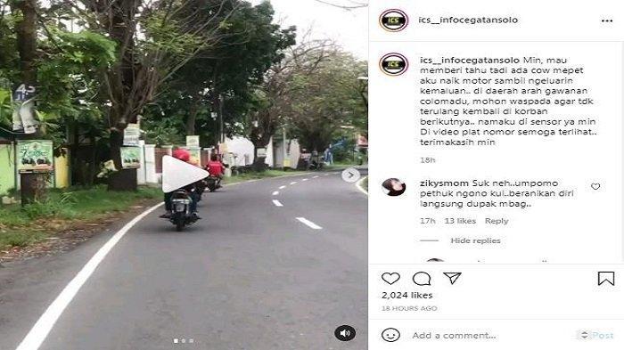 Tangkapan layar aksi pria pamer kemaluan saat berkendara yang diunggah di @ics_infocegatansolo. Pelaku disebut yang menggunakan kaus merah.