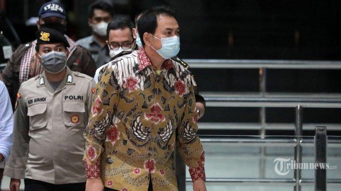 Disambut Riuh Sorakan Awak Media, Azis Syamsuddin Berjalan Santai Masuk ke Gedung KPK