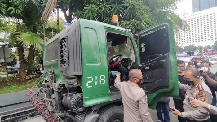 Kabid Humas Polda Metro Jaya Kombes Pol Yusri Yunus bersama Dirlantas Polda Metro Jaya Kombes Pol Sambodo Purnomo Yugo saat mengumumkan penangkapan satu unit truk trailer yang viral di media sosial, di Polda Metro Jaya, Jumat (30/4/202).