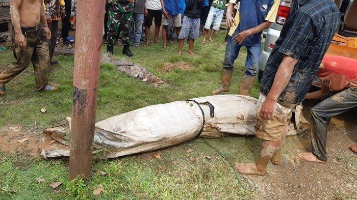 Proses penggalian jenazah korban pembunuhan di Desa Tabat Pahalatan Kecamatan Labuanamas Utara, Hulu SUngai Tengah, Kamis (6/5/2021).