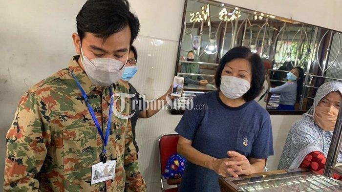 Wali Kota Solo Gibran Rakabuming Raka turun langsung mengembalikan uang hasil dugaan pungutan liar (Pungli) oknum linmas di Kelurahan Gajahan Solo, Minggu (2/5/2021).