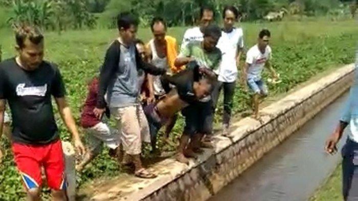 Viral Video Maling Motor Diamuk Massa, Ramai-ramai Digotong Warga lalu Dilempar ke Selokan