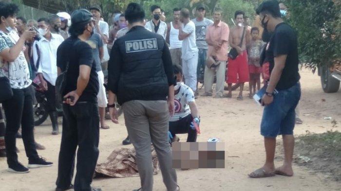 Warga yang berkerumun di dekat pria di Banyuasin, yang tewas diamuk massa karena diduga melakukan pencurian motor.