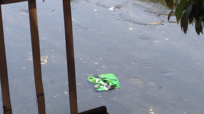 Seorang mayat diduga perempuan ditemukan mengambang di sungai kampung Empang Pojok, RT 04 RW 06 Kelurahan Mekarjaya, Kecamatan Rancasari, Kota Bandung, Senin (16/8/2021).