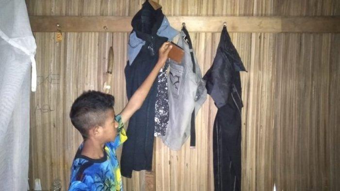 Pakaian korban Matias Bala (52) masih tergantung di rumah. Matias ditemukan dalam kondisi tewas di Desa Lidor, Kecamatan Loaholu, Kabupaten Rote Ndao, pada Selasa (20/4/2021) sekira pukul 16.00 Wita.