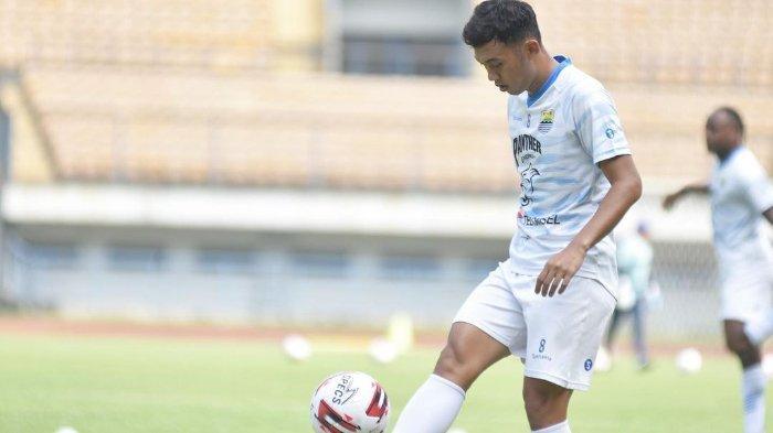 Pemain tengah Persib Bandung Abdul Aziz saat melakukan latihan di Stadion Gelora Bandung Lautan Api jelang Piala Menpora 2021.